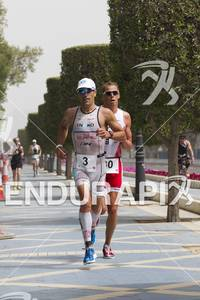 Eneko Llanos leading Rasmus Henning at the 2012 Abu Dhabi International Triathlon